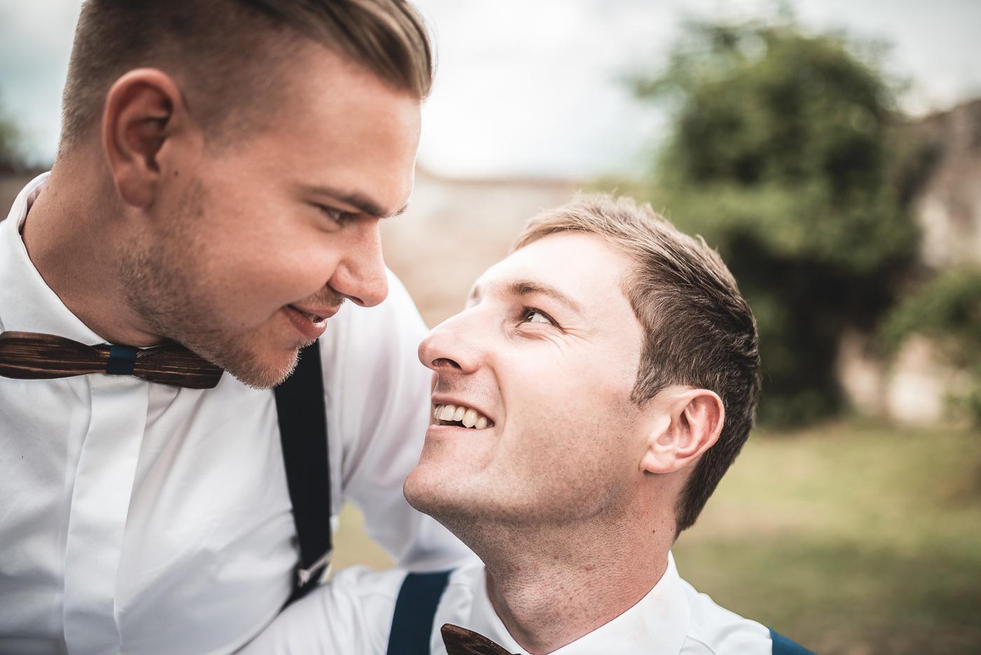 Bräutigam und Bräutigam beim Paarshooting