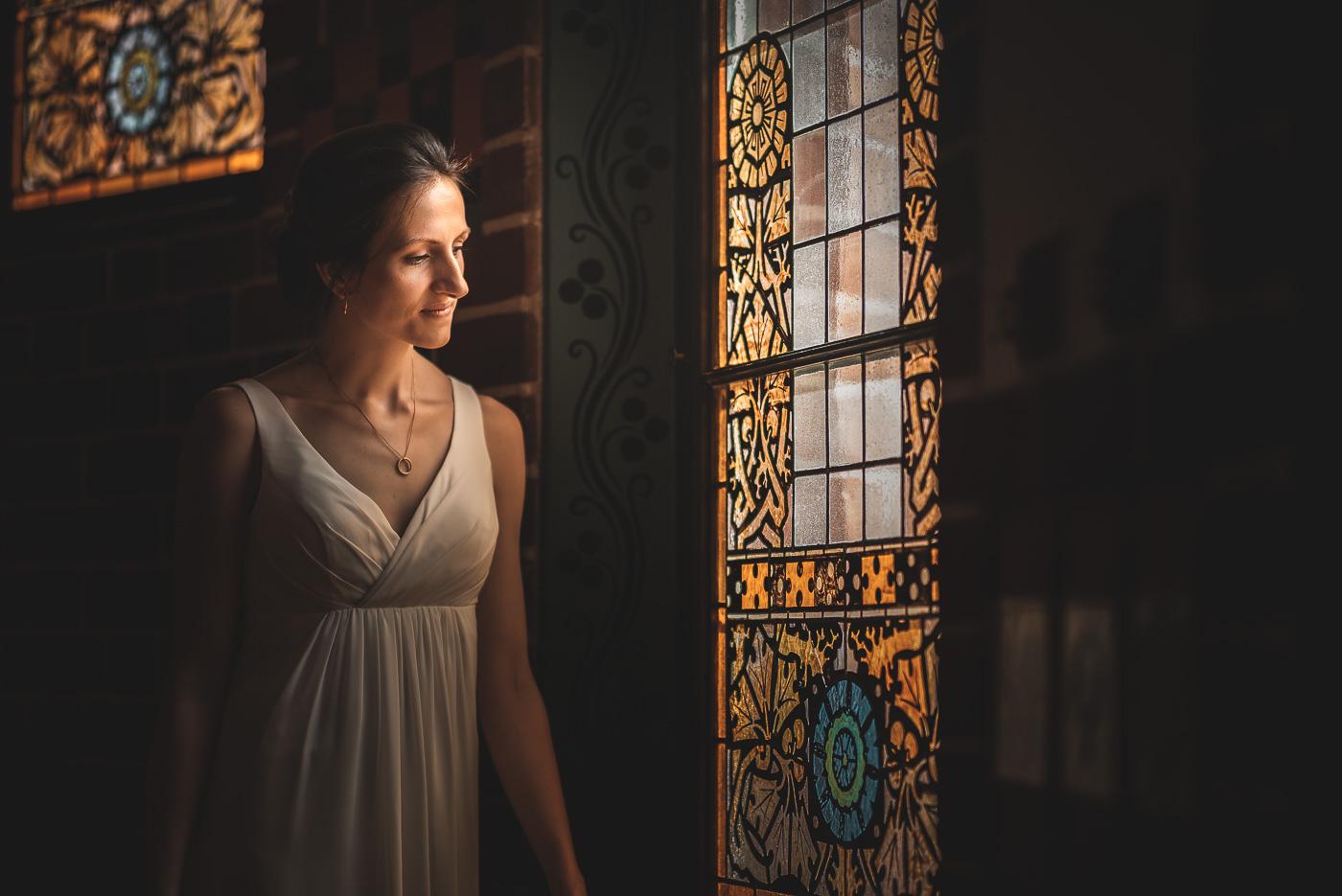 Braut am Fenster vom Standesamt Köpenick